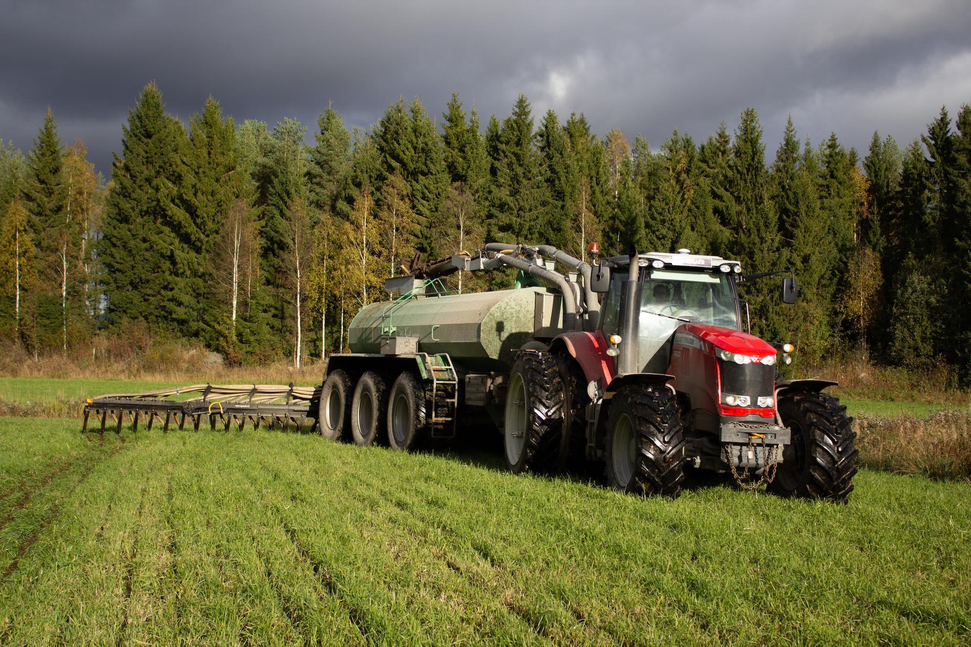 Gödsel producerat vid Jeppo Biogas breds ut av en jordbrukare